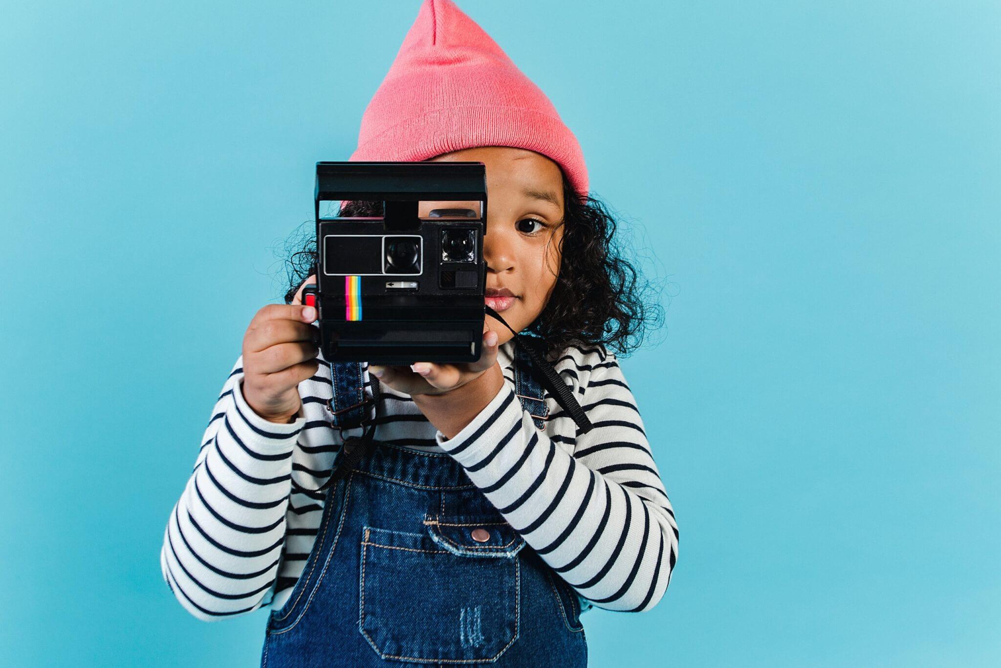 Fillette utilise un appareil photo