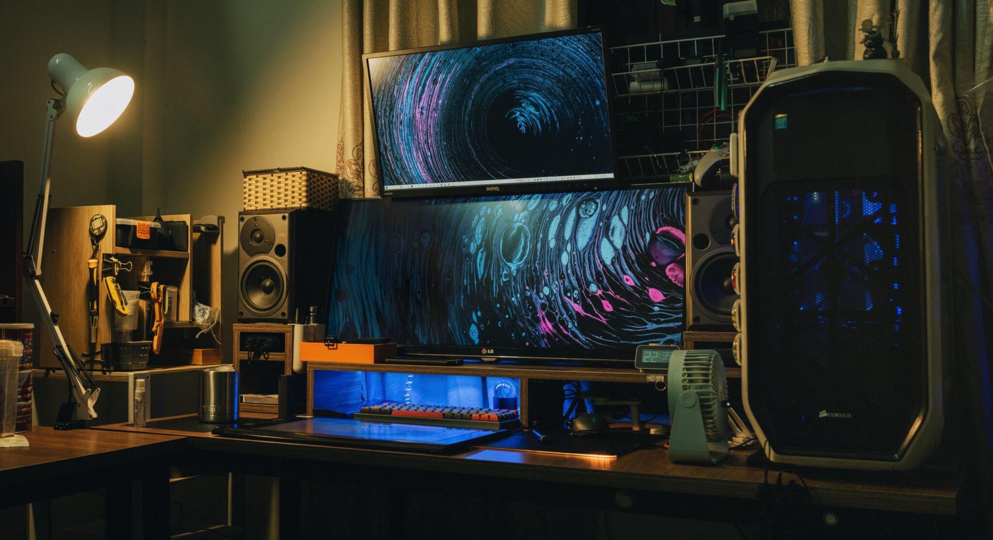 Ecrans ultra wide dans chambre sombre